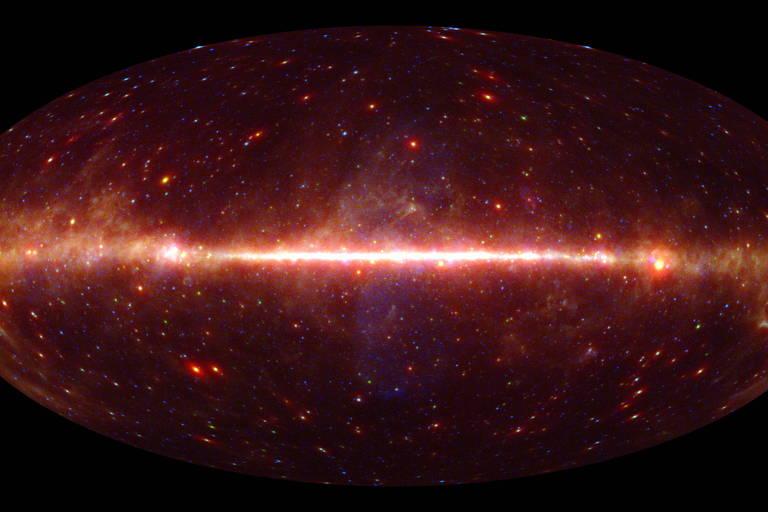 Mapa em tons de vermelho mostrando estrelas e galáxias