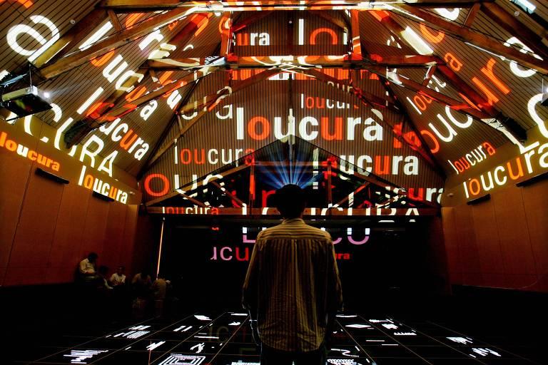Técnicos fazem ajustes finais na Praça da Língua, no Museu da Língua Portuguesa, antes da inauguração, em 2006