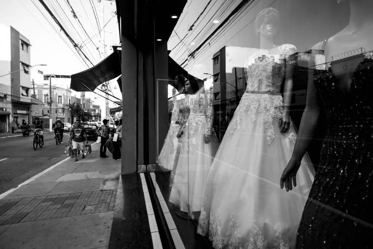 Vitrine na rua São Caetano conhecida como a rua das noivas na região da Luz