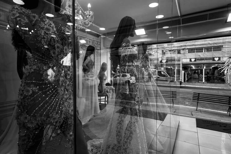Após ficar meses com pouco movimento, rua das noivas, localizada na rua São Caetano no bairro da Luz, voltou a ter cirção de clientes