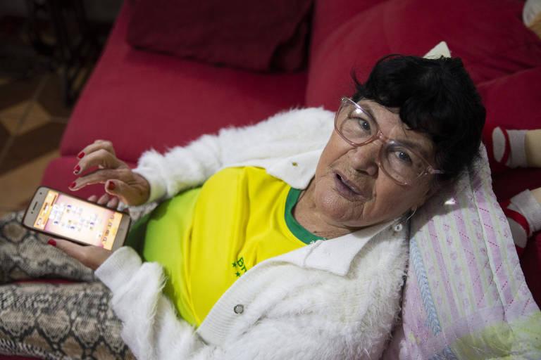 Margarida Maria Tesser, 73 anos, que joga um joguinho no celular depois que termina os afazeres da casa