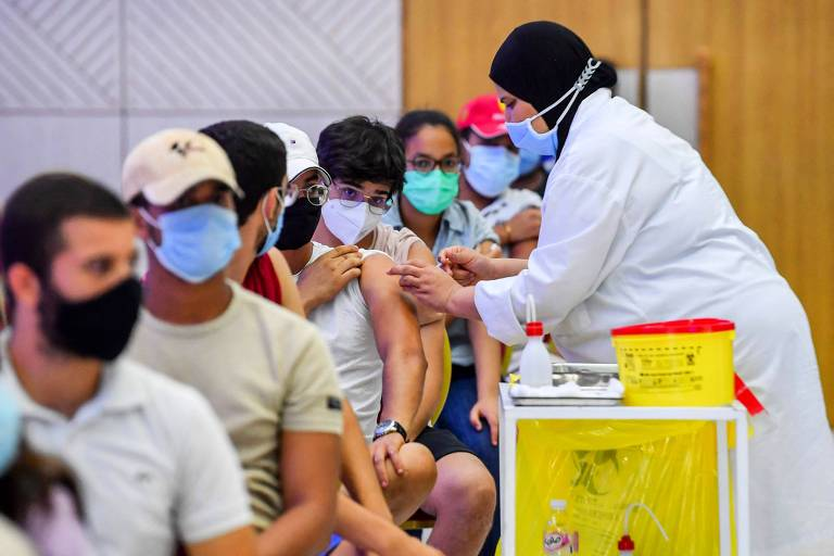 Jovens tunisianos recebem dose da vacina chinesa Sinopharm contra a Covid