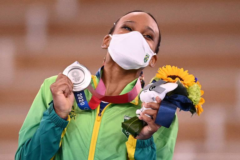 Rebeca Andrade posa com sua prata no pódio de Tóquio; a primeira medalha de uma ginasta brasileira na história olímpica