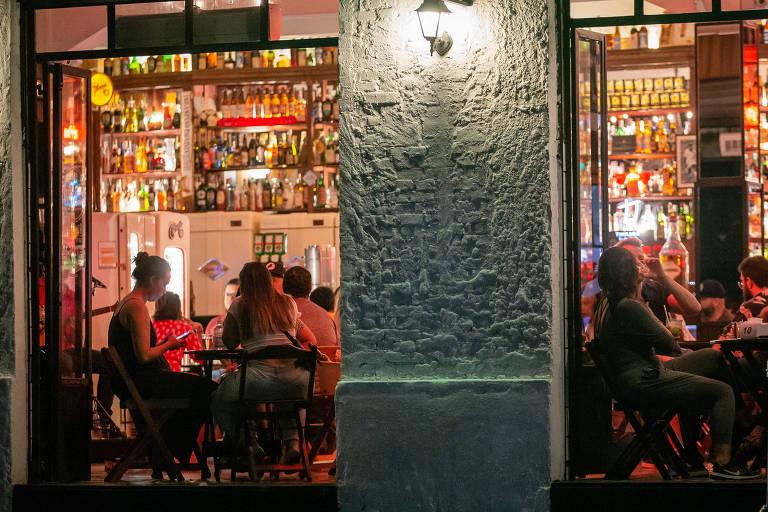 Um em cada três brasileiros tem muito medo de ir a bares e restaurantes, diz CNI