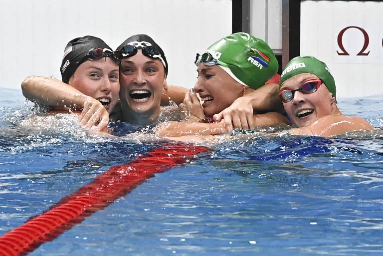 Tatjana Schoenmaker (segunda da dir. para a esq.) é parabenizada pelas colegas na piscina