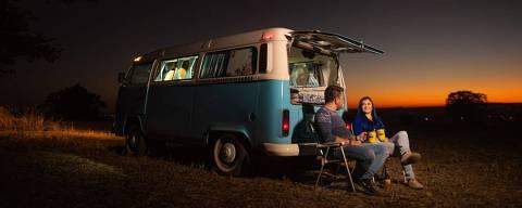 O casal Verônica e William Kraft descansa próximo a motorhome durante viagem