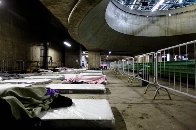 Pessoas preferem dormir nas ruas e sobra lugar em abrigo na noite mais fria do ano em SP