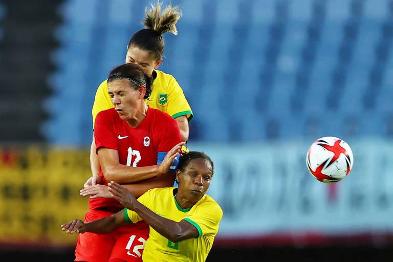 Formiga disputa a bola com Christine Sinclair em Brasil x Canadá