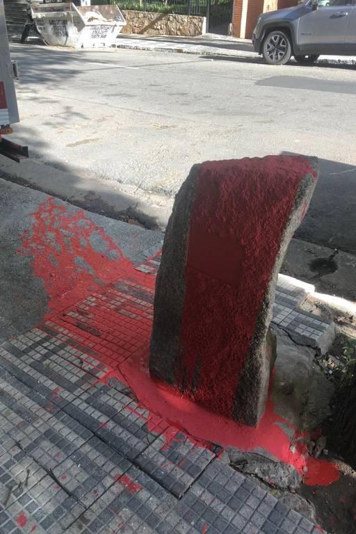 Monumento a Carlos Marighella coberto de tinta vermelha
