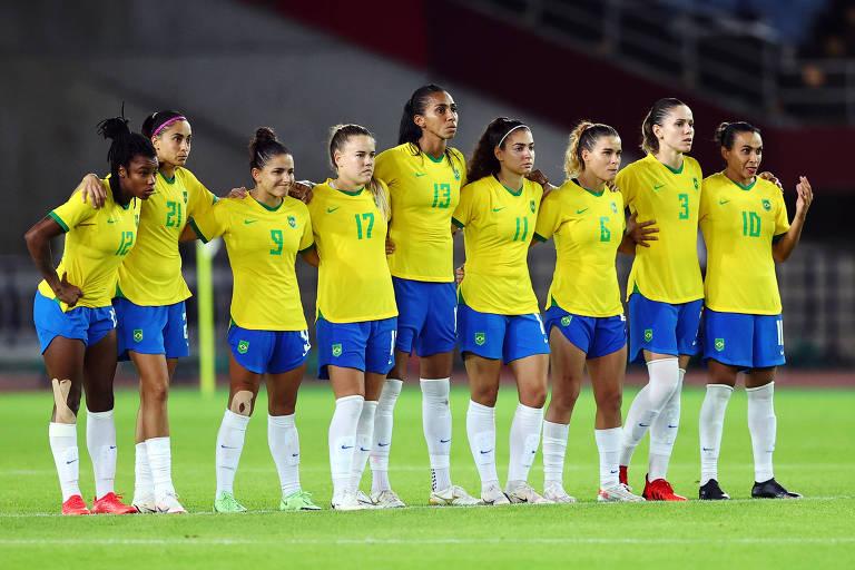 Jogadoras da seleção brasileira acompanham disputa de pênaltis contra o Canadá