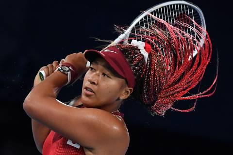 TOPSHOT - Japan's Naomi Osaka returns the ball to Czech Republic's Marketa Vondrousova during their Tokyo 2020 Olympic Games women's singles third round tennis match at the Ariake Tennis Park in Tokyo on July 27, 2021. (Photo by Tiziana FABI / AFP)