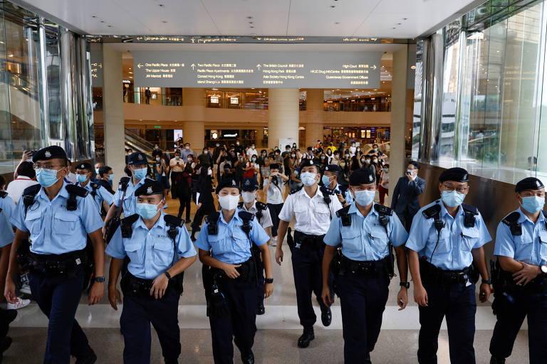 Policiais pedem a apoiadores de Tong que deixem rota de acesso à Alta Corte de Hong Kong