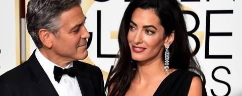 Cinema: o ator George Clooney e sua mulher Amal Clooney, posam para foto, no tapete vermelho da premiação Globo de Ouro, em Califórnia (EUA). *** TOPSHOTS  Actor George Clooney (L) and Amal Clooney arrive on the red carpet for the 72nd annual Golden Globe Awards, January 11, 2015 at the Beverly Hilton Hotel in Beverly Hills, California.               AFP PHOTO/MARK RALSTON ORG XMIT: MRR3267