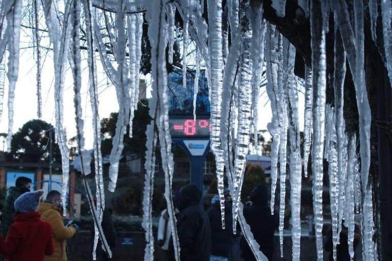 Pingos de gelo aparece com a temperatura de -8 °C ao fundo na cidade de Urupema