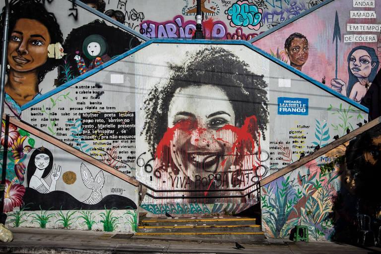 Imagem mostra pintura da vereadora Marielle Franco com tinta vermelha em seu rosto e, na parte de baixo, a inscrição Viva Borba Gato