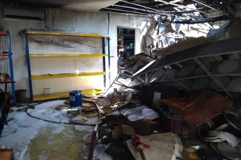 SAO PAULO, SP - 30.07.2021 - Estrago no interior do galpão da Cinemateca que sofreu um incêndio no dia anterior (29).  (Foto: Folhapress)