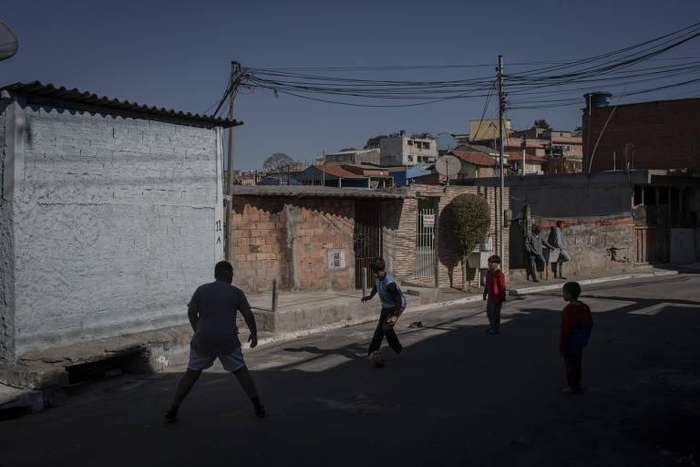 A quatro dias do início do segundo semestre letivo na rede estadual, alunos jogam bola nas ruas próximas à escola, sem saber como vão ser as aulas nos próximos dias.