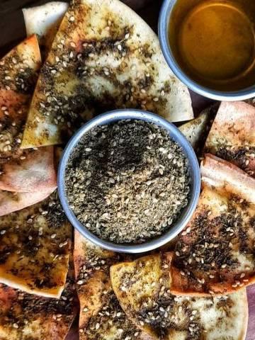 O zaatar pode ser consumido com azeite sobre o pão sírio (Foto Divulgação)