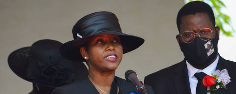 (210723) -- CABO HAITIANO, 23 julio, 2021 (Xinhua) -- Martine Moise (i), viuda del fallecido presidente haitiano, Jovenel Moise, habla durante el funeral de su esposo, en Cabo Haitiano, Haití, el 23 de julio de 2021. (Xinhua/Tcharly Coutin) (tc) (da) (ra) (vf)