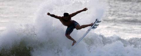 Brazilian surfer Italo Ferreira, gold medalist at Tokyo 2020 Olympics, practices at Point Secret beach in his hometown Baia Formosa, in Rio Grande do Norte state, Brazil, July 30, 2021. REUTERS/Rodolfo Buhrer ORG XMIT: GGGRJO09