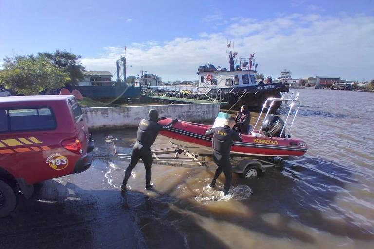 Bombeiros fazem buscas pelo corpo do menino em rio em Imbé, litoral do RS