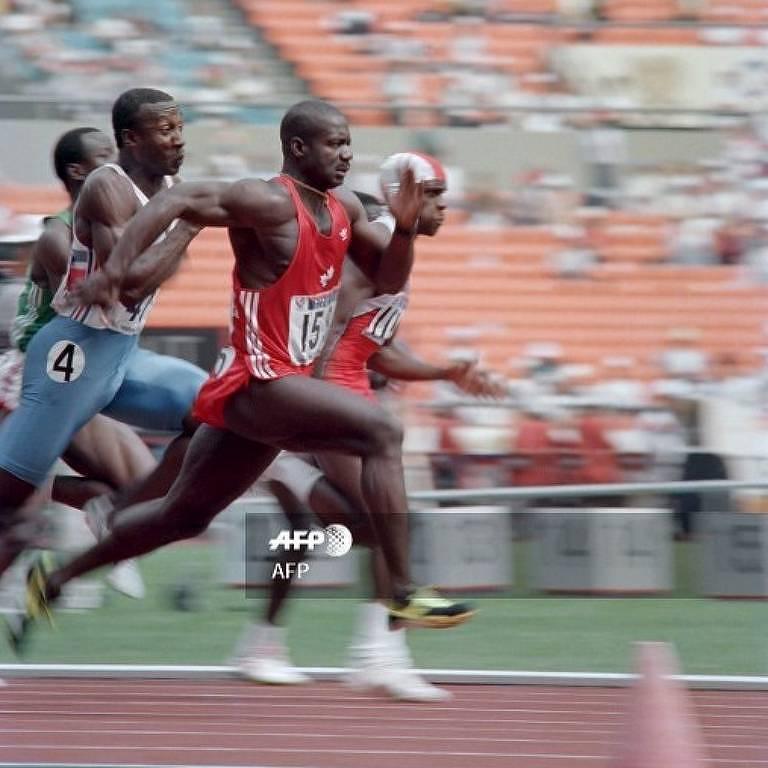 Canadense Ben Johnson lidera a final dos 100 m rasos nas Olimpíadas de Seul-88, à frente do britânico Linford Christie e do americano Carl Lewis