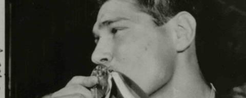 RIO DE JANEIRO, RJ, BRASIL, 04-10-1988: Judô: o judoca Aurelio Miguel, beija sua medalha de ouro conquistada nos