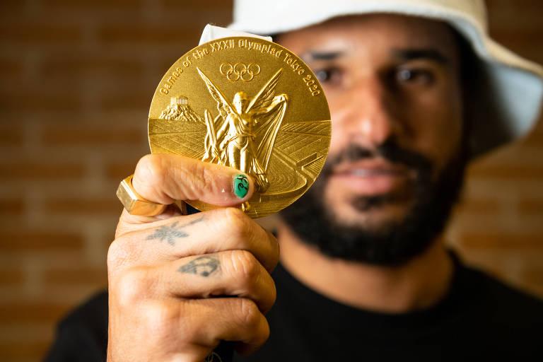 Italo Ferreira, primeiro surfista a conquistar a medalha de ouro em Olimpíadas, no Japão