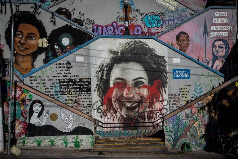 Artistas restauram escadão Marielle Franco, vandalizado com tinta vermelha