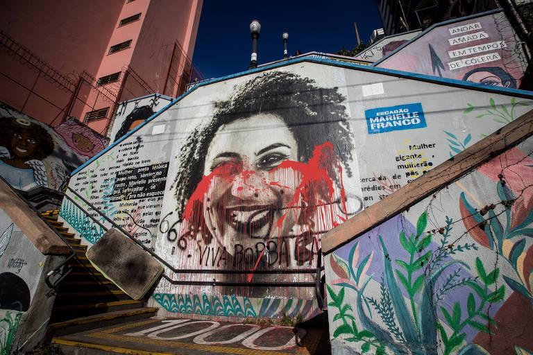 Imagem mostra o escadão Marielle Franco manchado com tinta vermelha; foi pichado o dizer 'Viva Borba Gato' sobre a imagem da vereadora morta