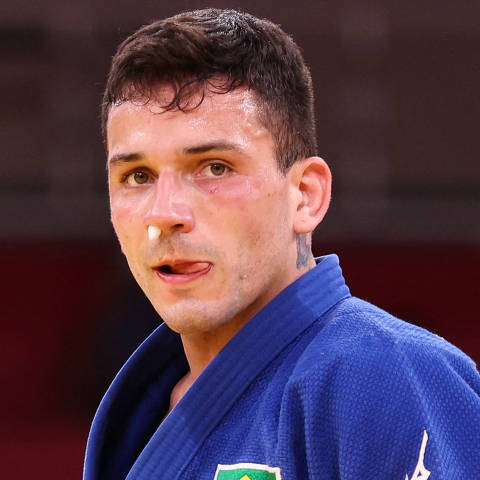 Brazil's Daniel Cargnin reacts while competing with Israel's Baruch Shmailov during their judo men's -66kg bronze medal B bout during the Tokyo 2020 Olympic Games at the Nippon Budokan in Tokyo on July 25, 2021. (Photo by Jack GUEZ / AFP)