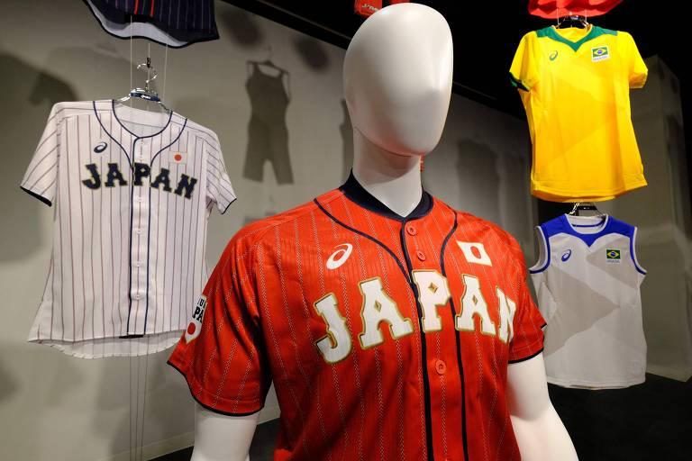 Asics é patrocinadora master das Olimpíadas; ao fundo, camisa da seleção brasileira de vôlei