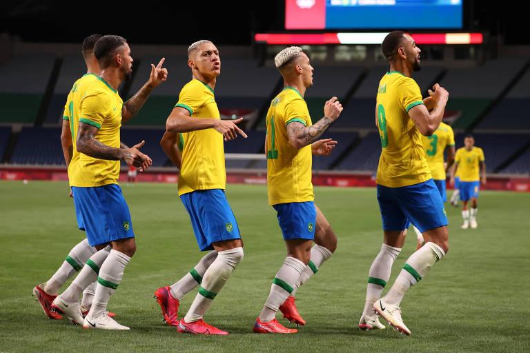 Time brasileiro comemora o gol de Matheus Cunha contra os egípcios