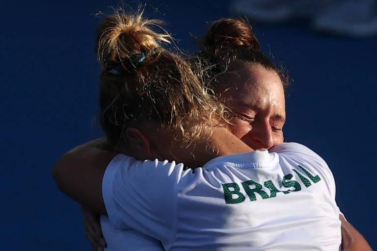 Laura Pigossi abraça Luisa Stefani após vitória do Brasil na disputa do bronze no torneio de duplas