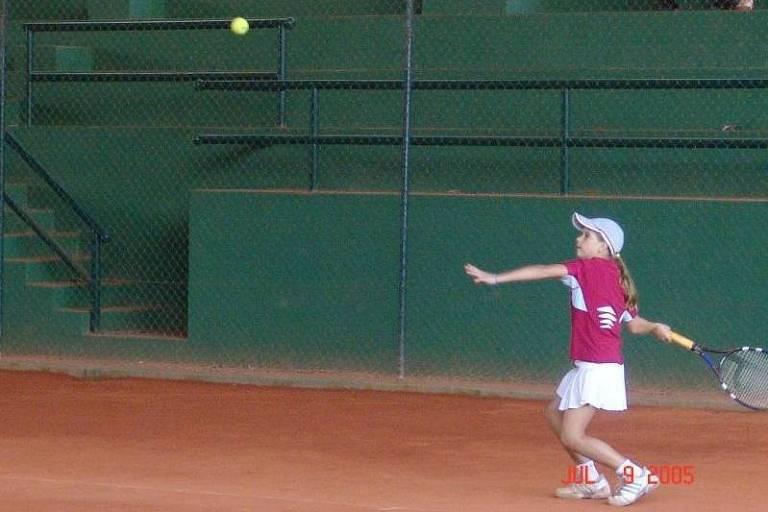 Laura Pigossi jogando tênis aos 10 anos de idade