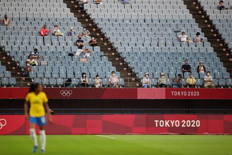 Ao som de vogais e palmas, público do futebol nas Olimpíadas lembra jogos de tênis