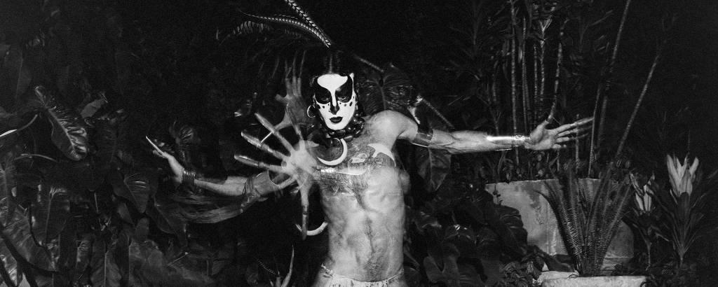 Ney Matogrosso maquiado em show dos Secos & Molhados em 1974