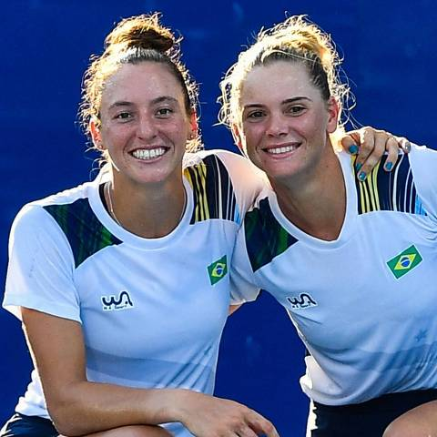 Brazil's Laura Pigossi (R) and Brazil's Luisa Stefani pose after they defeated Russian pair Veronika Kudermetova and Elena Vesnina to win the Tokyo 2020 Olympic Games women's doubles tennis match for the bronze medal at the Ariake Tennis Park in Tokyo on July 31, 2021. (Photo by Vincenzo PINTO / AFP)
