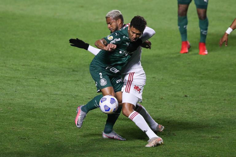 O são-paulino Reinaldo disputa a bola com o palmeirense Marcos Rocha