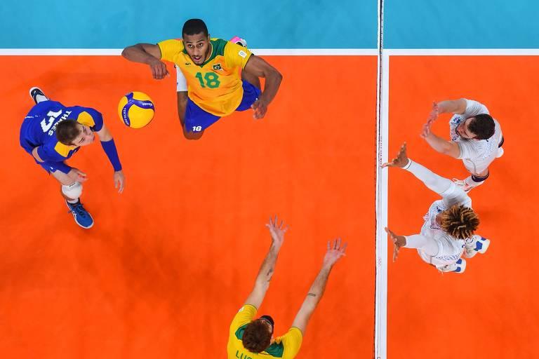 Brasil joga contra a França, no vôlei masuclino, em partida dos Jogos de tóquio