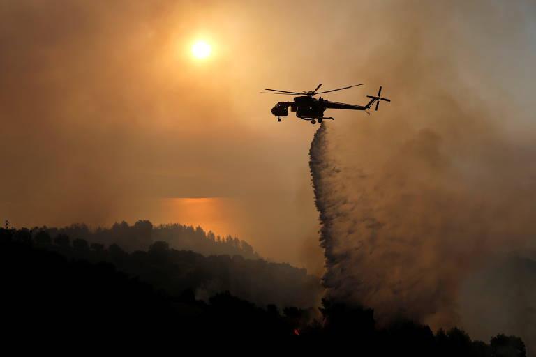 Helicóptero combate incêndio florestal perto de Patras, na Grécia