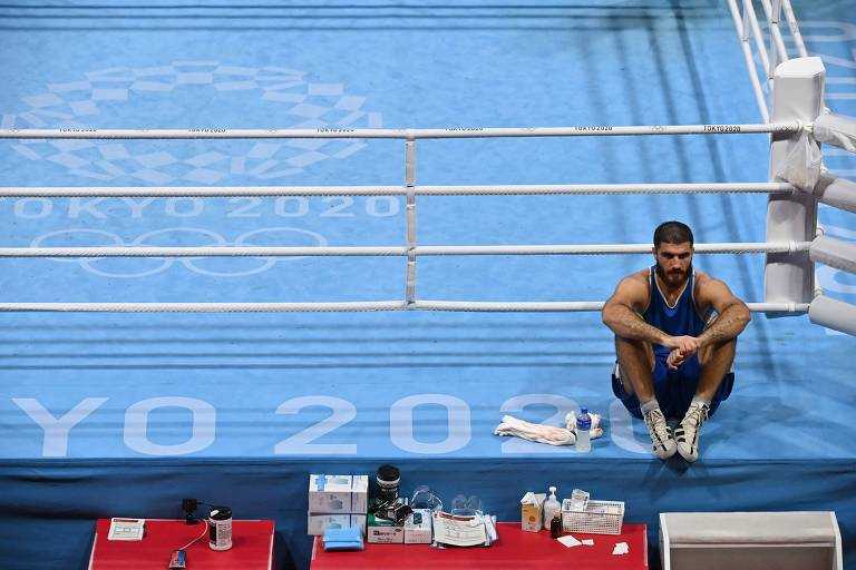 O francês Mourad Aliev recusa a sair do ringue depois de perder por desqualificação contra o britânico Frazer Clarke durante a luta de boxe superpesado masculino (acima de 91 kg) nas quartas de final