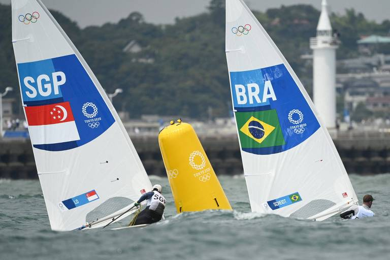 Ryan Lo de Cingapura e Robert Scheidt do Brasil passam por boia em regata da categoria Laser