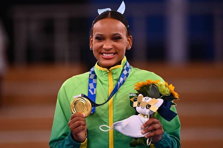 Rebeca Andrade posa com medalha de ouro do salto na ginástica artística feminina