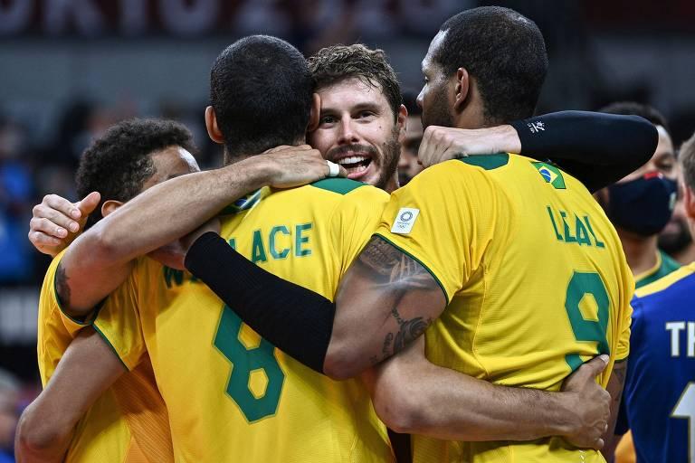 Jogadores da seleção brasileira comemoram vitória sobre a França na Ariake Arena