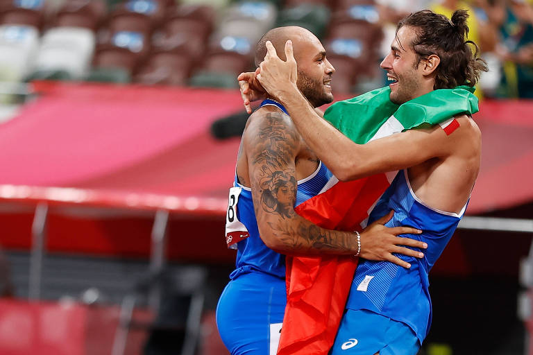 Lamont Marcell Jacobs e Gianmarco Tamberi se abraçam após conquistar medalhas de ouro para a Itália no atletismo