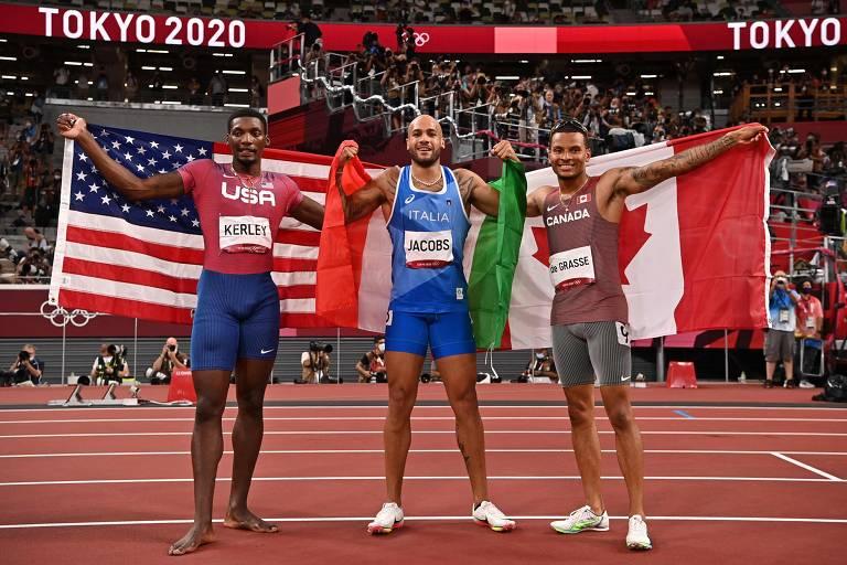 Fred Kerley (EUA), Lamont Marcell Jacobs (Itália) e Andre de Grasse (Canadá), medalhistas dos 100 m, posam após a prova