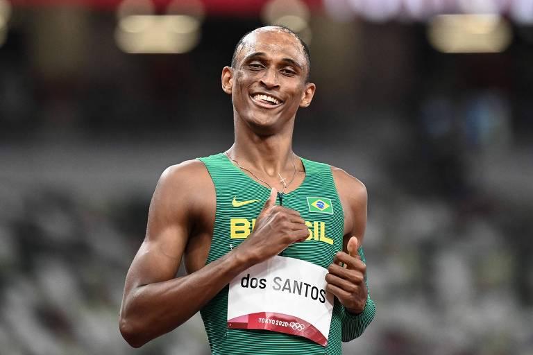 Alison Dos Santos comemora vitória em sua bateria de classificação para a final dos 400 m com barreiras