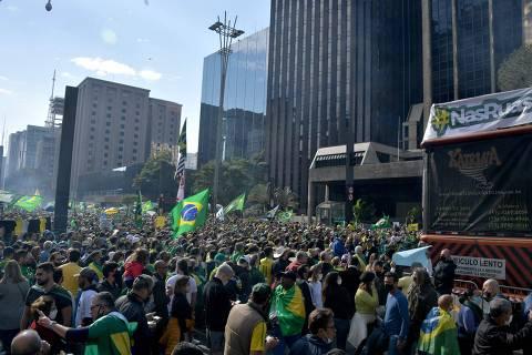 Bolsonaro insufla manifestantes com discurso golpista em atos pró-voto impresso pelo país