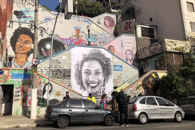 Ativistas restauraram o escadão Marielle Franco, após ação de vândalos